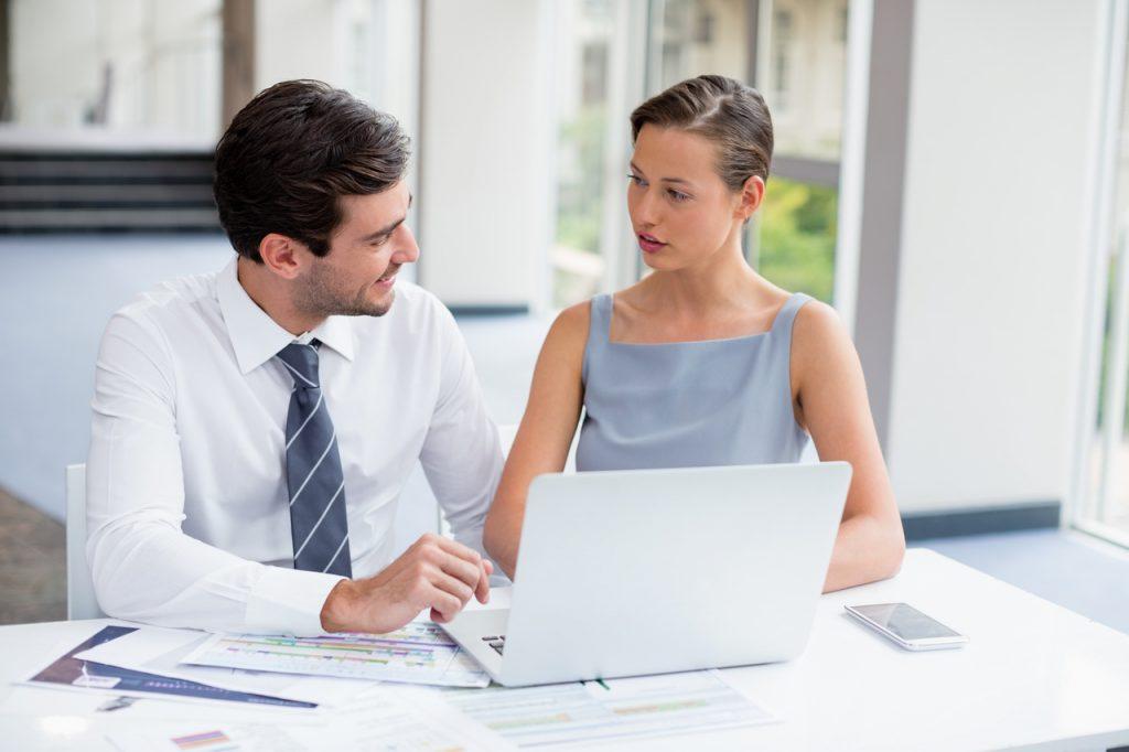 kobieta rozmawiająca z mężczyzną w biurze