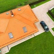 dach domu z oknami dachowymi