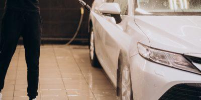 mężczyzna myjący samochód