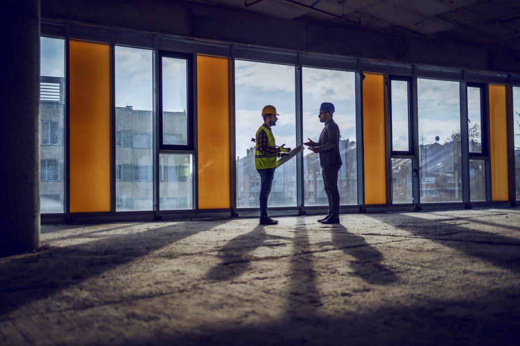duże okna w budynku
