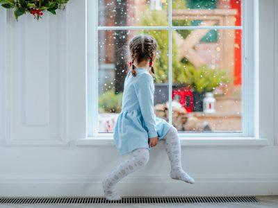dziewczynka przy oknie