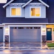 Brama garażowa z drzwiami. Co musisz wiedzieć przed zakupem?
